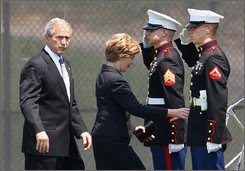 President Bush and first lady Laura Bush board Marine One in Washington, Thursday, July 17, 2008, after attending funeral services for former White House Press Secretary Tony Snow.  (AP Photo/Ron Edmonds)
