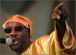 """Isaac Hayes canta en la Feria Estatal de Michigan en Detroit en esta fotograf?a de archivo del 28 de agosto del 2002.  Hayes, el cantante, compositor y m?sico cuyo """"Tema de Shaft"""" gano el Grammy y el premio de la Academia, fue encontrado muerto en su casa el domingo 10 de agosto del 2008. Ten?a 65 a?os. (AP foto/Paul Warner, archivo)"""