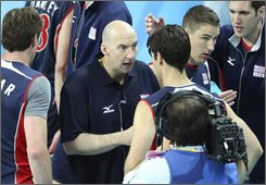 USA's head coach Hugh McCutcheon, center, speaks to his player during the men's volleyball preliminary match against China at the Beijing 2008 Olympics in Beijing, Saturday, Aug. 16, 2008. USA beat China. (AP Photo/Koji Sasahara)