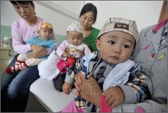 Parents show babies suffering from kidney stones at a hospital in Lanzhou, northwest China's Gansu province Tuesday, Sept. 9, 2008. Public health authorities in Lanzhou are investigating a brand of baby formula after 14 babies who drank it developed kidney stones. (AP Photo)