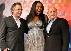 "In this Feb. 14, 2007 file photo, film director Bill Condon, left, and producer Laurence Mark, right, flank actress and singer Jennifer Hudson at a press conference to promote their film ""Dreamgirls"" in Tokyo.  (AP Photo/Junji Kurokawa, file)"