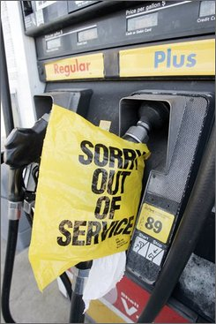 A plastic bag covers an out of service gas pump at a service station in Nashville, Tenn., Thursday, Sept. 25, 2008.  Some areas in the South continue to see gas shortages two weeks after Hurricane Ike disrupted oil production. (AP Photo/Mark Humphrey)