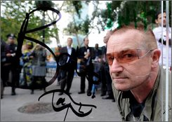 "Singer Bono outside the United Nations for the ""In My Name"" campaign organized for Oxfam, Comic Relief and Save the Children for the global call against poverty in New York on Thursday, Sept. 25, 2008.  (AP Photo/Peter Kramer)"