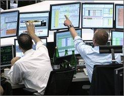 Aktienhaendler sind am Montag, 6. Oktober 2008, an der Boerse in Frankfurt am Main zu sehen. Die weltweite Finanzkrise hat das Emissionsgeschehen an den europischen Brsen fast vollstaendig zum Erliegen gebracht. (AP Photo/Michael Probst) ---Brokers are seen at the stock market in Frankfurt, central Germany, Monday, Oct. 6, 2008. (AP Photo/Michael Probst)