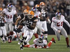 Cleveland Browns wide receiver Braylon Edwards runs with a pass reception for 49 yards in the first quarter of an NFL football game against the New York Giants on Monday, Oct. 13, 2008, in Cleveland. Among the Giants defenders are Aaron Ross (31) and Antonio Pierce (58). (AP Photo/Mark Duncan)