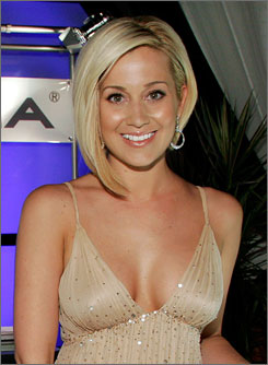 Kellie Pickler is a former American Idol contestant. She reconciled with her father, Clyde, last May.
