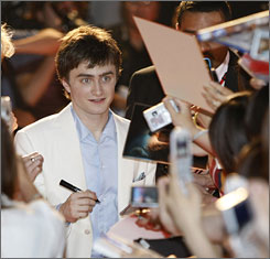 """Japanese fans are the best!"" Daniel Radcliffe said in Japanese."