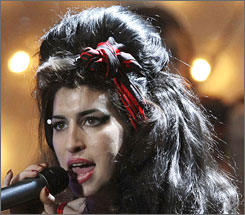 Amy Winehouse will perform at a concert honoring Nelson Mandela next month.