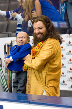 Guru: Life coach (Mike Myers) has his hands full with a hockey coach (Verne Troyer) and others.