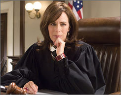 Not eve the strong acting of Jane Kaczmarek can breathe life into TNT's belabored Raising the Bar.
