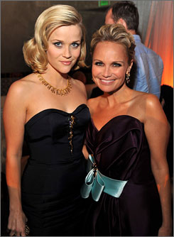 Reese Witherspoon and Kristin Chenoweth, who play sisters in Four Christmases, strike a pose at the film's premiere.
