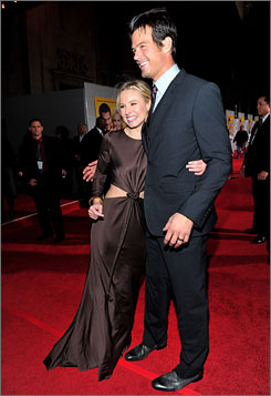 Co-stars Kristen Bell and Josh Duhamel have fun catching up on the Rome red carpet.