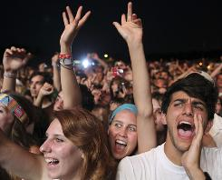 Lollapalooza '09: Fans cheer during Yeah Yeah Yeahs' set.