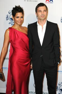 Halle Berry and Olivier Martinez walked the Carousel of Hope ball red carpet hand-in-hand.