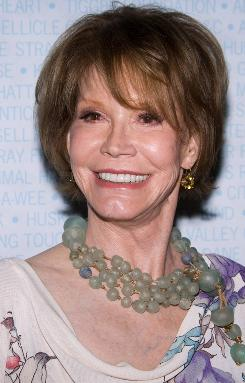 Mary Tyler Moore will guest-star on the second-season premiere of Betty White's hit comedy, Hot in Cleveland. It will air in January.