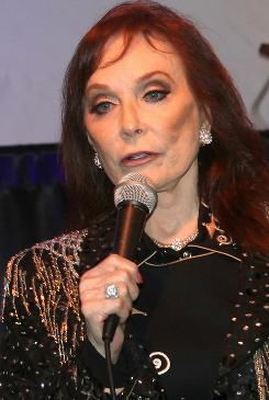 Artists such as Jack White and Carrie Underwood pay tribute to Loretta Lynn on Coal Miner's Daughter.