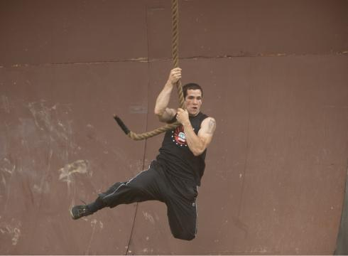 http://i.usatoday.net/life/_photos/2011/08/21/American-Ninja-Warrior-makes-its-network-bow-MRAGESU-x-large.jpg
