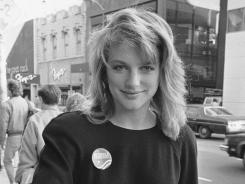 Eleanor Mondale passes out campaign literature for her father, Democratic presidential nominee Walter Mondale, Oct. 29, 1984, on Chicago's Michigan Avenue.