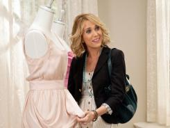 Kristen Wiig is the not-well-off maid of honor in her best friend's wedding, so she tries to talk the bride into choosing a less expensive bridesmaid dress.