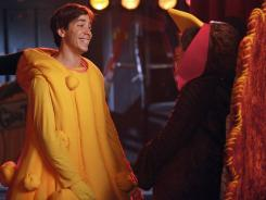 Jess (Zooey Deschanel, right) invites her crush Paul (guest star Justin Long) to Thanksgiving dinner in tonight's episode of 'New Girl.'