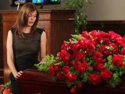 Susan (Teri Hatcher) is a widow on 'Desperate Housewives' as the series buries Mike.