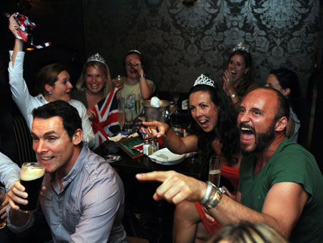 ... William and Kate Middleton in a bar in Hong Kong. Expats watch the royal ...