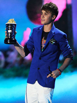 Justin Bieber Facts   Life on Justin Bieber Accepts His Award For Best Jaw Dropping Moment For Never