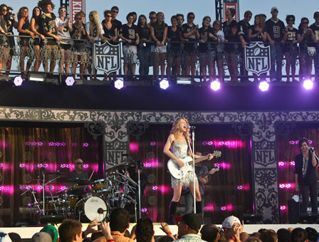 Taylor Swift  Orleans on Fans Watch Swift Perform In Jackson Square Thursday In New