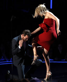 2012 MTV awards charlize punches michael fassbender