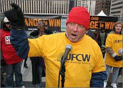 Bill Dudley, an organizing strategist for the United Food and Commercial Workers in southwest Ohio, spoke recently at a rally in downtown Cincinnati to highlight efforts to support service sector workers.