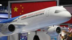 A model of a commercial C919 jumbo jet is displayed at the Asian Aerospace International Expo in Hong Kong last month.