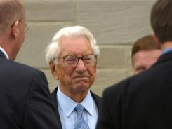 Carl Lindner in 2004, at the funeral of Marge Schott , his predecessor as Cincinnati Reds owner.