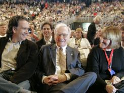 Billionaire investor Warren Buffett is flanked by son, Peter, and daughter, Susie, at the annual Berkshire Hathaway shareholders meeting in Omaha, May 5, 2007.