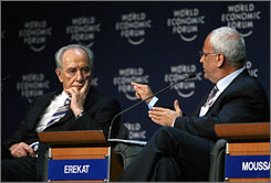 Palestinian chief negotiator Saeb Erekat, right, and Israeli Vice Premier Shimon Peres, left, took part in the World Economic Forum in South Shuneh, Jordan.