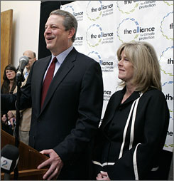 Gore and his wife Tipper, at a news conference in Palo Alto, Calif., discussing the win. 