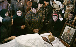 Indonesian President Susilo Bambang Yudhoyono, center, and first lady Ani Yudhoyono, accompanied by the eldest daughter of former president Suharto, Siti Hardijanti Indra Rukmana known as Tutut, right, and daughter Siti Hediyati Hariyadi, left, sit next Suharto's body at ex-dictator's residence in Jakarta.