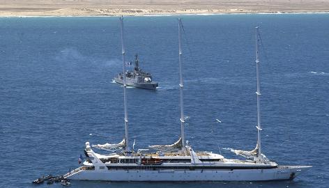 La marine française, Le Commandant Bouan, center, arrive à aider Le Ponant au large de la côte de la Somalie en avril. Les troupes françaises essaimé le navire de croisière après avoir attaqué des pirates somaliens.