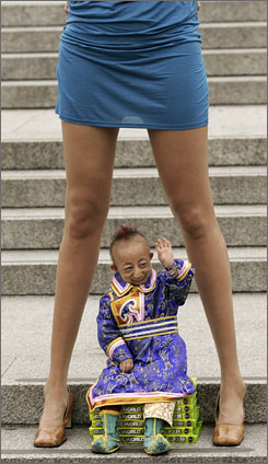 The world's smallest man, He Pingping, met the woman with the world's longest legs, Svetlana Pankratova, in London's Trafalgar Square Tuesday.