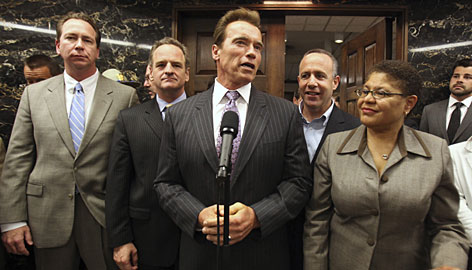 Gov. Arnold Schwarzenegger joins, from left, Sen. Dennis Hollingsworth, Assemblyman Sam Blakeslee, Sen. Darrell Steinberg and Assembly Speaker Karen Bass.