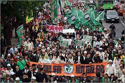 Protesters from the opposition Democratic Progressive Party march against the upcoming Taiwan and China cross strait talks in Taichung, Sunday.