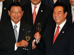 Chinese trade official Chen Yunlin, right, raises a toast with his Taiwanese counterpart Chiang Pin-kung during Tuesday's signing ceremony.