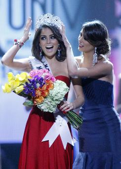 Miss Mexico Jimena Navarrete is crowned Miss Universe 2010 by Stefania Fernandez on Monday.