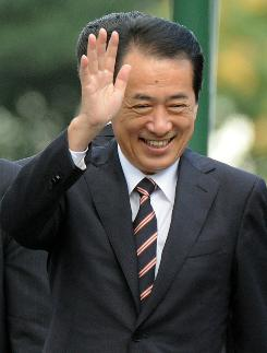 Prime Minister Naoto Kan waves to supporters while campaigning in Sapporo last Thursday.