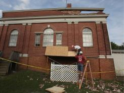 Workers begin repairs Wednesday on the Mineral, Va., city hall after it was damged by Tuesday's 5.8 earthquake.