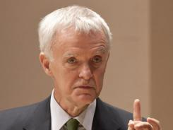 Bob Kerrey makes a point during a health care debate in Lincoln, Neb., in 2008.