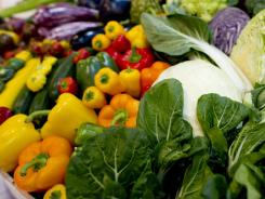 Experts recommend fresh fruits and vegetables and says it's not difficult to get at least 2 1 / 2 cups a day as the cancer society recommends