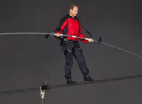 Daredevil Nik Wallenda crosses Niagara Falls on tightrope – USATODAY.