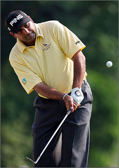 Angel Cabrera, seen here chipping the ball on the 12th green at Oakmont, became the second Argentinian to win a major golf tournament since Roberto De Vicenzo won the British Open 40 years ago.