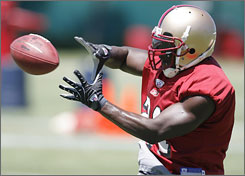 San Francisco star running back Frank Gore is expected to play this Sunday against St. Louis, despite the passing of his mother on Thursday.
