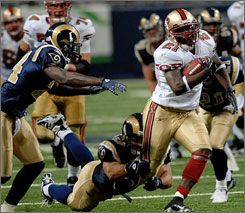 Running back Frank Gore scored two touchdowns for the 49ers on Sunday, just a few days after his mother passed away.